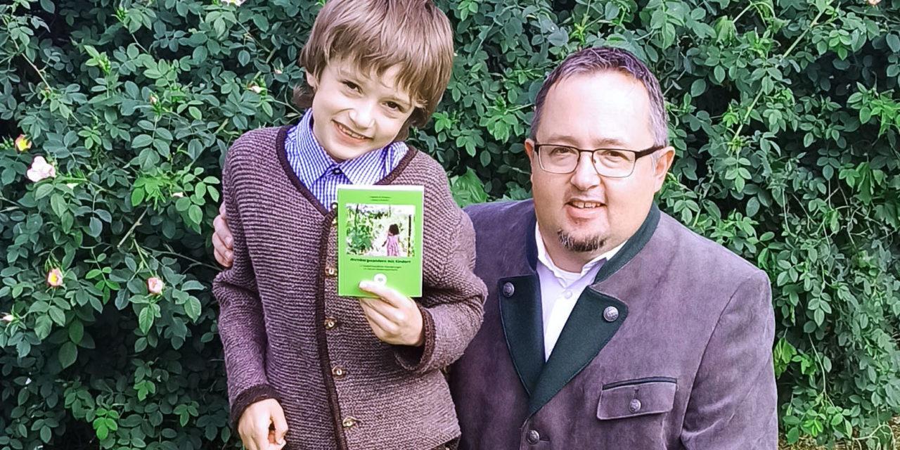 Pressemitteilung: Vater und Sohn präsentieren gemeinsam erstelltes Wanderbuch