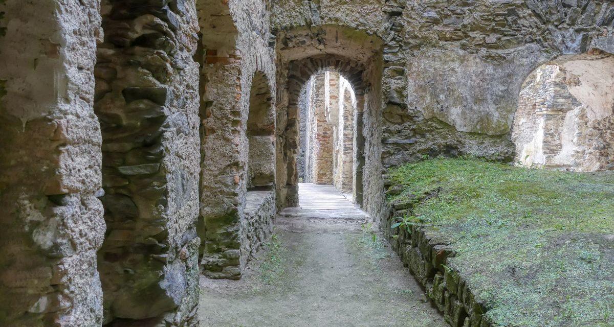 Schiltern: Zwei Ruinen und ein Schloss