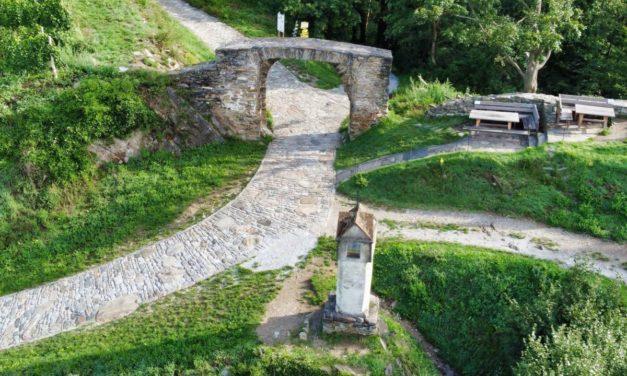 Kleine Runde über das Rote Tor und das Schloss Niederhaus in Spitz